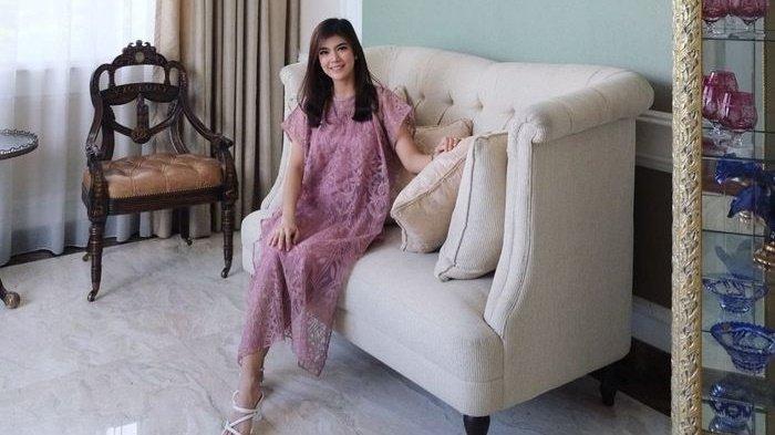 Sofa di rumah artis cantik Raya Kohandi.