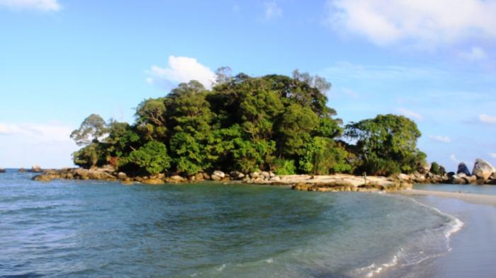 Sokong Nenek yang letaknya bersebelahan dengan Pulau Berhala