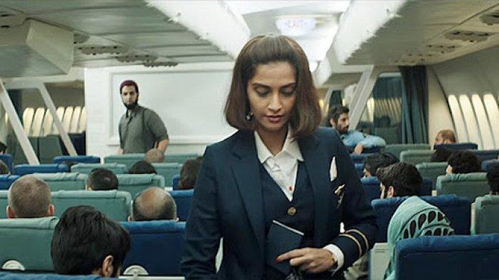 AKTRIS Sonam Kapoor yang berperan sebagai pramugari Neerja Bhanot dalam film 2016 Neerja.