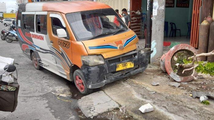 Terpengaruh Alkohol, Sopir Angkot di Siantar Hantam Sepeda Motor dan Pot Bunga Pinggir Jalan
