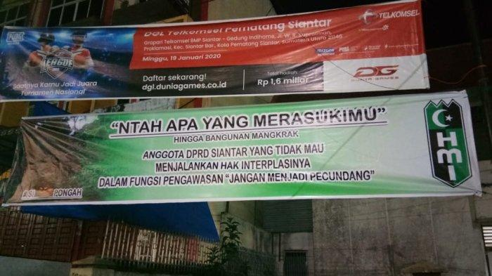 HMI Siantar Pasang Spanduk Sindiran Minta Anggota DPRD Komitmen Hak Angket Wali Kota Hefriansyah
