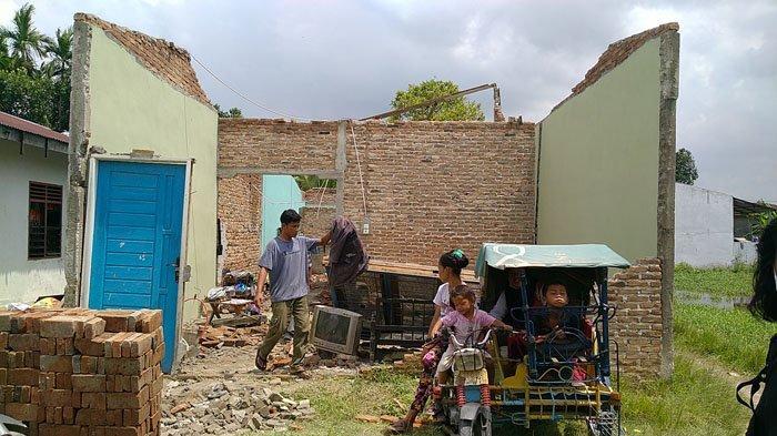 Rumah Porak-poranda Diterjang Puting Beliung, Sri Cuma Bisa Pasrah Sambil Peluk Tiga Anaknya