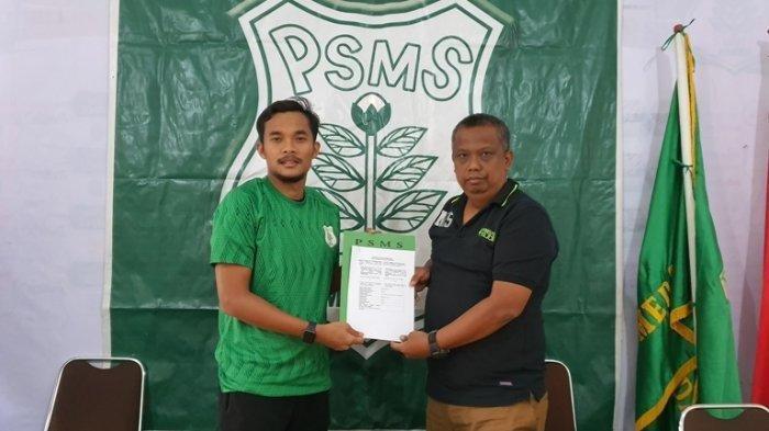 Muhammad Rifqi saat menerima kontrak bergabung dengan PSMS Medan, waktu lalu.
