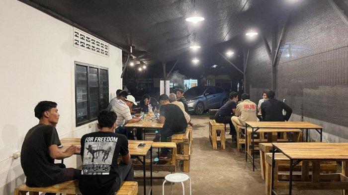 Suasana malam di Warung Kopi Pasir khas Turki di Jalan Rakyat, Kelurahan Tegal Rejo Kecamatan Medan Perjuangan