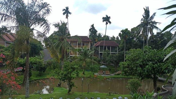 Suasana pemandangan Hotel Deli River yang langsung menghadap danau buatan dengan dikelilingi pepohonan.