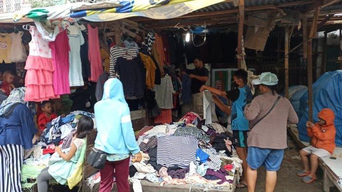 Suasana pengunjung saat memilih baju di Pasar Sambu, Jalan Sutomo, Kelurahan Pusat Pasar, Kecamatan Medan Kota, Minggu (3/1/2021).