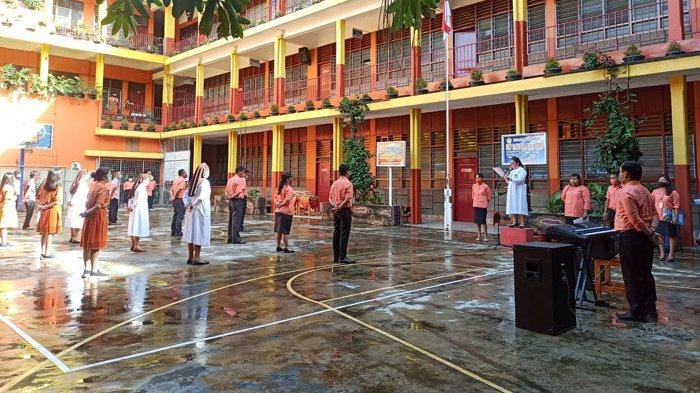 SMA Santa Maria Medan Apresiasi Guru dengan Gelar Upacara dan Bagikan Bingkisan