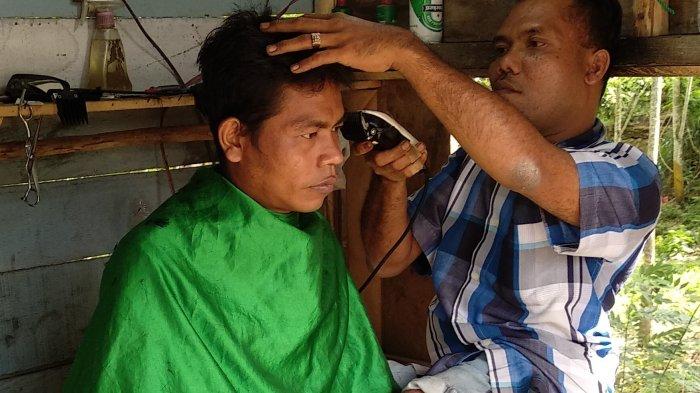 Kedua Kakinya Cacat, Pria Ini Tetap Tangguh Mengarungi Kehidupan Demi Sang Anak