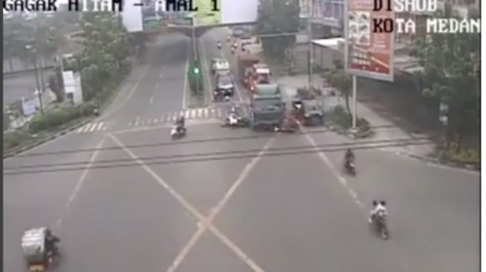 HOTNEWS: Truk Lindas Deretan Motor di Lampu Merah Ring Road, 3 Orang Dikabarkan Tewas