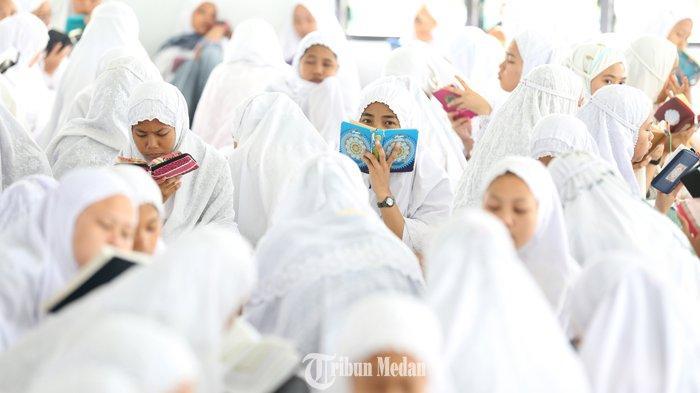 Ratusan santri membaca Al Quran saat tadarus massal awal Ramadhan 1440 H di Pesantren Ar-Raudhatul Hasanah, Medan, Sumatera Utara, Senin (6/5/2019).TRIBUN MEDAN/RISKI CAHYADI