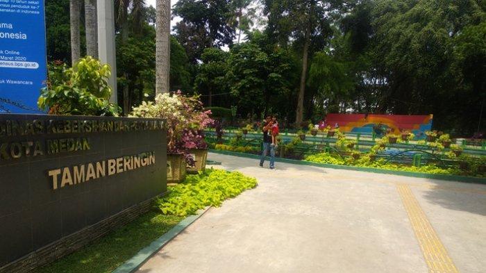 Pengunjung tampak sedang menikmati suasana Taman Beringin yang berada di jalan Sudirman, Medan, Minggu (8/3/2020).
