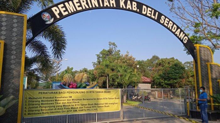 SEORANG warga mengamati lokasi Taman Buah yang akan segera dibuka oleh Pemkab Deliserdang, Selasa (23/2/2021).