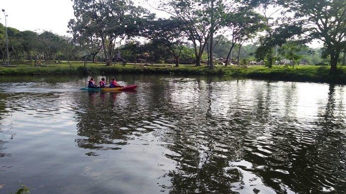 Taman Cadika di Medan Johor menjadi lokasi pilihan untuk ngabuburit, Rabu (14/4/2021). Di lokasi ini banyak tempat untuk nongkrong sambil menunggu buka puasa.(TRIBUN MEDAN/FREDY SANTOSO)