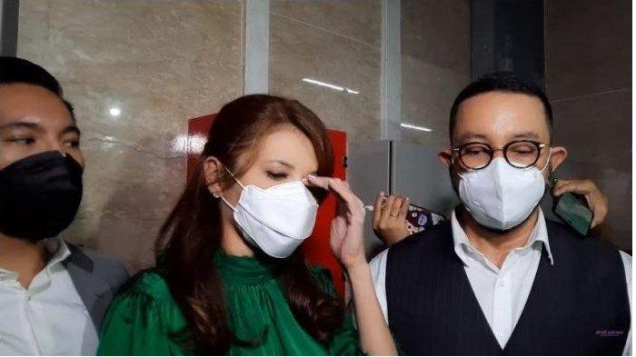 Tamara Blezynski (tengah) didampingi pengacaranya, Djohansyah (kanan) saat ditemui di Bareskrim Polri, Jakarta Selasa, Selasa (12/10/2021). Tamara menghapus air matanya ketika menuturkan kasus yang membuatnya dirugikan belasan miliar.