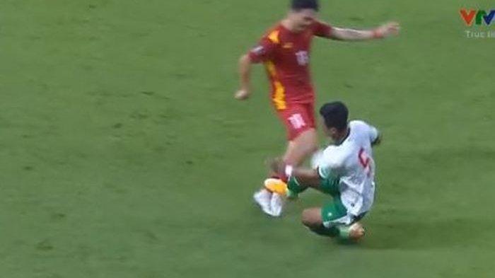 Bek kiri timnas Indonesia, Pratama Arhan langsung menemui gelandang Vietnam, Nguyen Tuan Anh di lorong Stadion Al Maktoum, Dubai setelah melakukan tekel keras hingga menyebabkannya cedera.