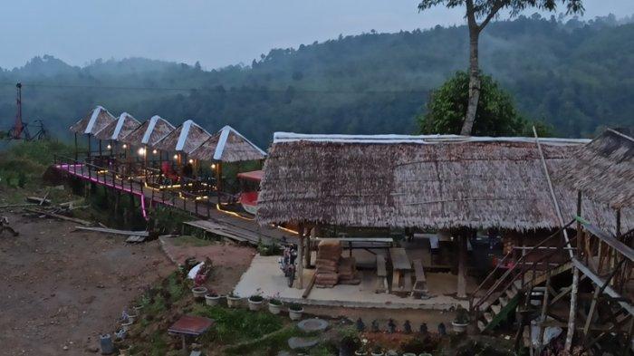 OBEK wisata rumah pohon Puncak Adem, Langkat. Objek wisata ini sejak hampir tiga bulan lalu masih belum buka dan saat ini sangat pemilik tengah menunggu kepastian dari pemerintah.