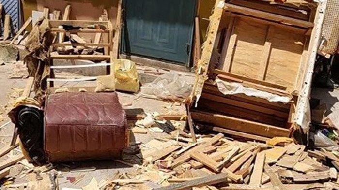 Seorang perempuan memungut sofa bekas di pinggir jalan untuk diambil kayunya. Namun saat dibongkar, dia kaget dengan apa yang ada di dalam sofa tersebut.