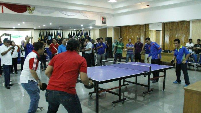 Ini Ekspresi Gubernur Tengku Erry Saat Main Tenis Meja