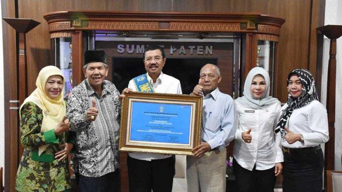 Gubernur Tengku Erry Raih Ing Ngarso Sung Tulodo Award
