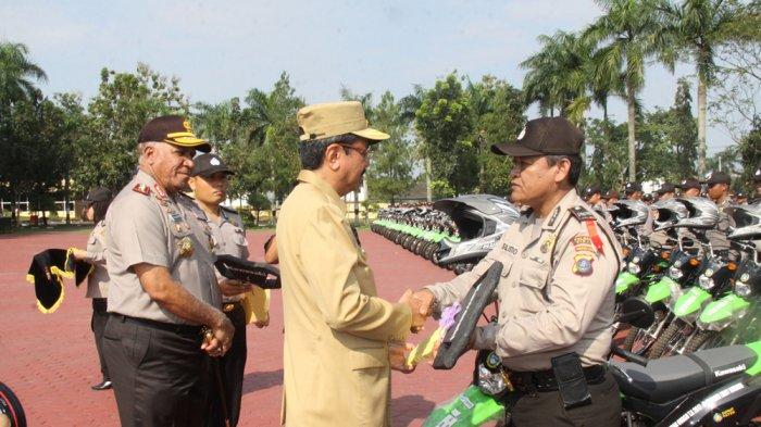 Gubernur Tengku Erry Serahkan Bantuan 500 Unit Sepeda Motor Kepada Bhabinkamtibnas, Ini Tujuannya