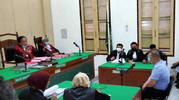 Terdakwa pelaku pembunuhan, Edi Swanto Sukandi alias Ko Ahwat Tango, tampak menghadiri persidangan di ruang cakra 9 Pengadilan Negeri (PN) Medan.