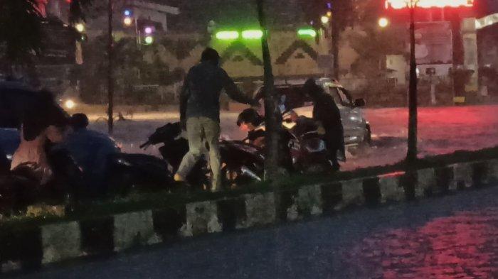 Terobos Banjir di Kisaran, Sepeda Motor Mogok, Pasangan Suami Istri Terjatuh