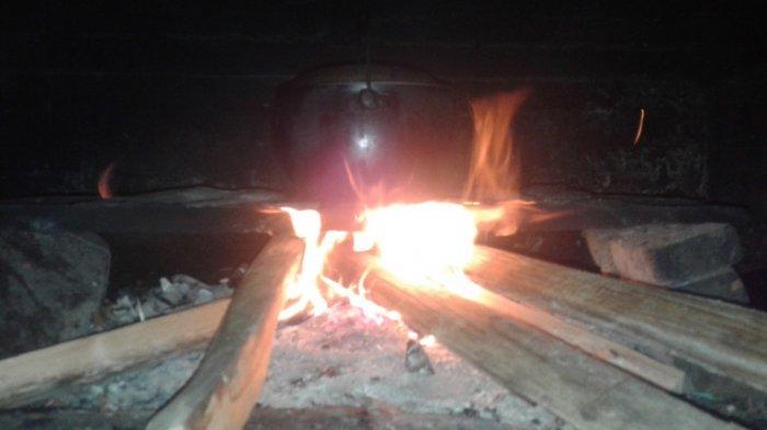 Gas Bersubsidi Mulai Langka di Tapanuli Utara, Warga Memasak Pakai Kayu Bakar