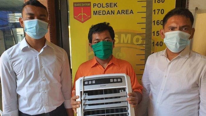TRIBUN MEDAN/ARJUNA BAKKARA Tersangka Fery Chaniago saat diamankan di Mapolsek Medan Area akibat mencuri kipas angin dan AC masjid