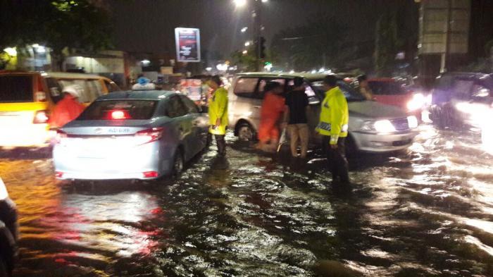 Satlantas Bantu Pengendara Lewati Banjir