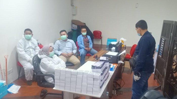 Tim Polda Sumut melakukan penggerebekan layanan rapid test antigen di lantai II Bandara Kualanamu, Selasa (27/4/2021) sore sekitar pukul 16:00 WIB.