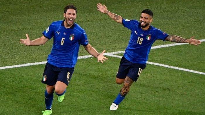 Gelandang Timnas Italia Manuel Locatelli merayakan golnya ke gawang Swiss bersama Lorenzo Insigne pada laga Grup A Euro 2020 di Estadio Olimpico, Roma, pada 16 Juni 2021.