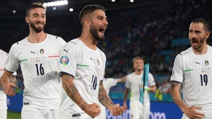Lorenzo Insigne (tengah) merayakan golnya pada laga pembuka Euro 2020 yang mempertemukan Italia vs Turki di Stadion Olimpico, Sabtu (12/6/2021) dini hari WIB.