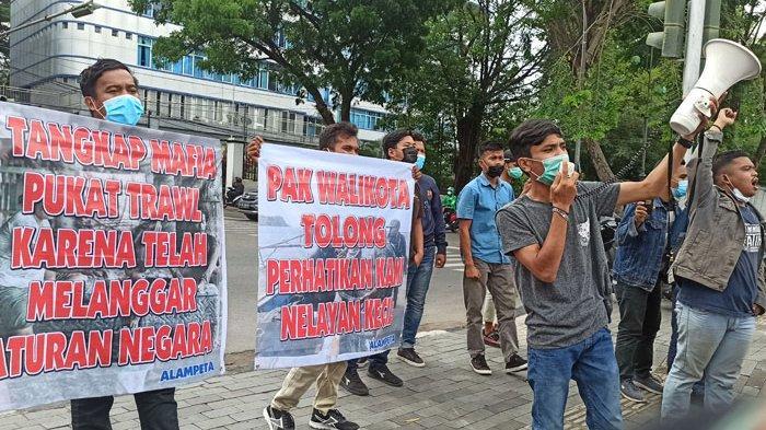 Puluhan mahasiswa yang tergabung dalam Aliansi Mahasiswa Pemerhati Nelayan Tradisional (Alampeta) melakukan unjuk rasa di depan Balai Kota Medan, Jalan Kapten Maulana Lubis, Senin (5/4/2021).