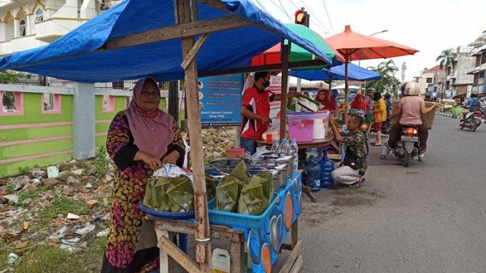 MARIAM, seorang pedagang Toge Penyabungan di depan Masjid Perjuangan 45 Jalan HM Yamin Medan. Ia telah berjualan minuman khas Sumut ini sejak kecil bersama ke dua orang tuanya.