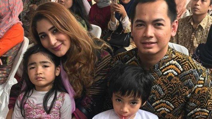 Tania Nadira bersama Tommy Kurniawan dan anak-anak mereka. (Instagram)