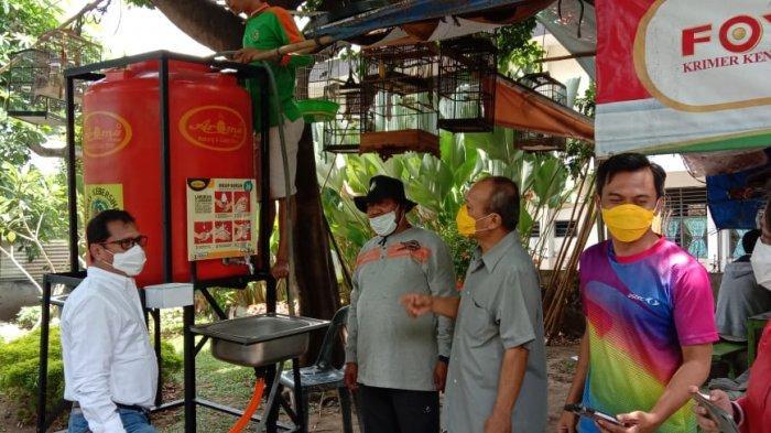 Lawan Corona, Dinas Kebersihan Medan Sumbang Tong Pencuci Tangan pada Warga dan Wartawan