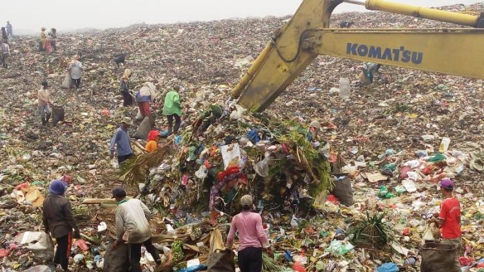 Sejumlah pemulung mengumpulkan sampah di TPA Terjun, Medan Marelan, Sabtu (28/8/2015). Setiap hari, masing-masing pemulung ini mampu menghasilkan Rp 100 - 200 ribu.