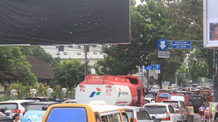 Pantauan Arus Lalu Lintas: Kendaraan Mengular di Ruas Jalan Perintis Kemerdekaan Siang Ini