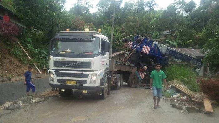 Trailer Terguling, Jalan Tarutung Menuju Sipirok Macet Total