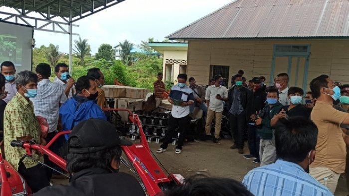 Kelompok Tani Sambut Bantuan Traktor dari Kementerian, Plt Kadis: Jangan Hanya Ketua yang Pakai