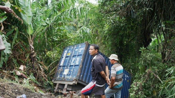 Elakkan Kendaraan Mogok, Truk Kontainer Nyungsep ke Jurang Sedalam 10 Meter, Begini Keadaan Sopirnya