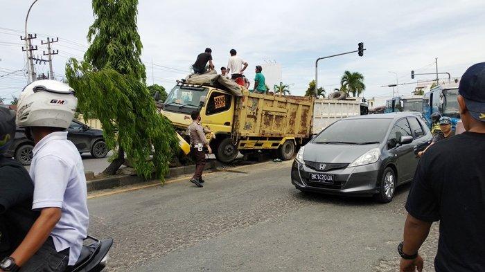 Suara Mirip Ledakan Bikin Warga Kaget Disusul Truk Naik ke Atas Pembatas Jalan