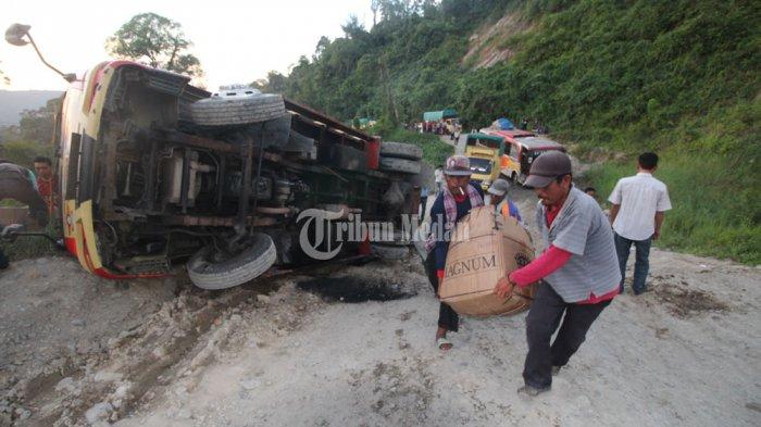 BREAKING NEWS: Lewati Jalan Rusak di Sipirok, Truk Pengangkut Logistik Terbalik