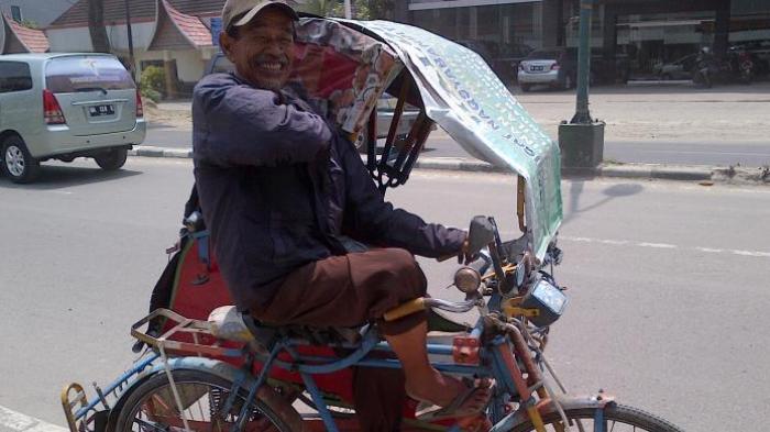 Lelaki 80 Tahun Ini Bertahan Hidup dengan Mengayuh Becak