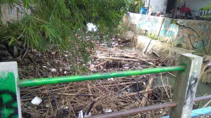 Sungai Bangkatan Binjai Dipenuhi Sampah, Warga : Banyak yang Buang Sampah ke Sungai