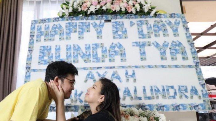 Tya Ariestya Dapat Kejutan Papan Ucapan Uang Rp 50 Ribuan dari Suami di Ulang Tahun ke 34