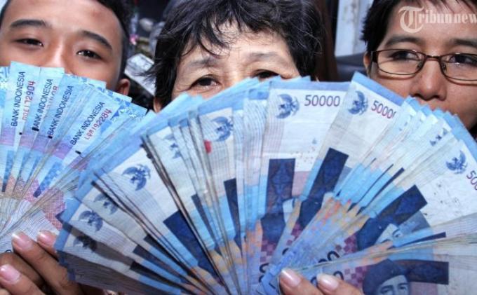 Uang Palsu Beredar di Pasar Malam, Tiga Pelakunya Dihajar Warga