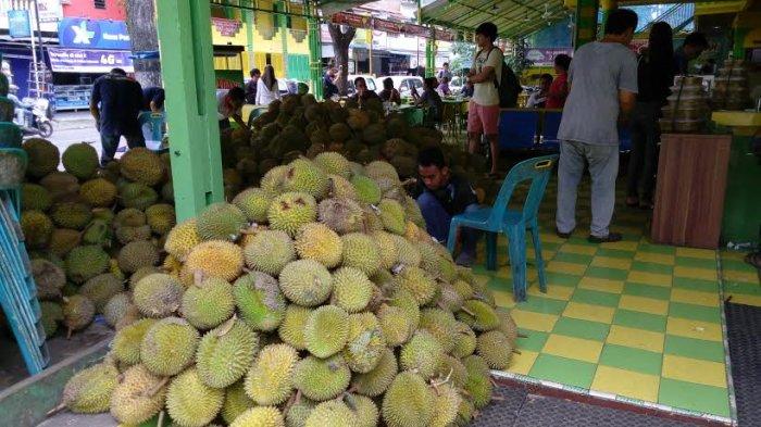 Suasana di Gerai Durian Ucok Durian di Jalan Wahid Hasyim, Medan. (Tribun-Medan.com/ Silfa Humairah)