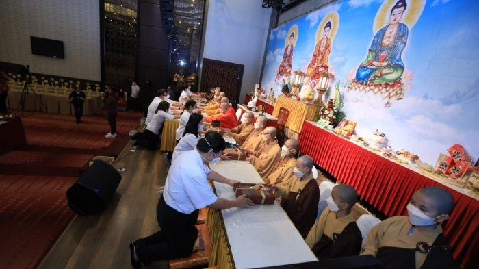 Sangha Agung Indonesia (SAGIN) menggelar Upacara Ulambana dan Sanghadana di Karibia Boutique Hotel, Medan secara virtual.