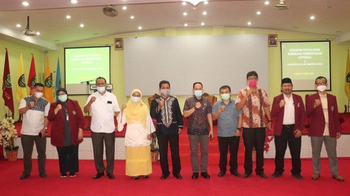Rektor UISU Dr. H. Yanhar Jamaluddin, MAP bersama pimpinan foto bersama sebelum kegiatan penyuluhan dan bimbingan pembentukan koperasi UISU di Auditorium UISU Jumat (26/3).